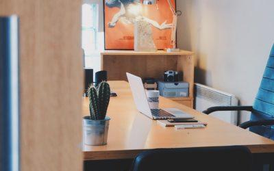 Fotel z zagłówkiem do pracy przy komputerze – standard czy dodatek